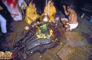 jyotir linga shiva shrine 500 300x195 شیوا، لینگا و رقص   عکس تصاویر تاریخ باستان تمدن عکسهای اسطوره اساطیر افسانه   Tarikhema.ir